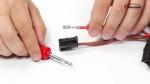 Gesteckte Crimpkontakte richtig aus dem Steckergehäuse ausbauen (Artikel)